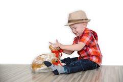 Poco tres años del muchacho quiere comer el cordero de Pascua del dulzor fotos de archivo
