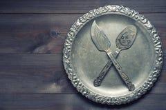 Poco utensile d'argento d'annata della cucina con gli ornamenti sul vassoio d'argento Fotografie Stock Libere da Diritti