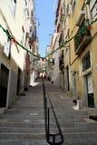 Poco vicolo in Alfama a Lisbona, Portogallo Fotografie Stock Libere da Diritti