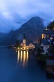 Poco villaggio famoso di Hallstatt in alpi al crepuscolo in Austria Fotografie Stock Libere da Diritti