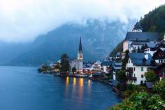Poco villaggio famoso di Hallstatt in alpi al crepuscolo in Austria Immagini Stock Libere da Diritti
