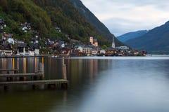 Poco villaggio famoso di Hallstatt in alpi al crepuscolo in Austria Fotografia Stock