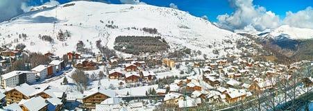 Poco villaggio nelle alpi della montagna Fotografia Stock Libera da Diritti