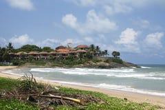 Poco villaggio tropicale vicino alla spiaggia dell'oceano il giorno soleggiato Immagini Stock Libere da Diritti