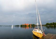 Poco yacht giallo di sport sul lago Trakai, Lituania Immagini Stock
