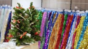Pocos árboles de Navidad en la tabla almacen de metraje de vídeo