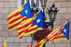 Pocos banderas de Cataluña que vuelan Foto de archivo libre de regalías