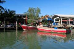 Pocos barcos de pesca en frente de un pueblo, Imagen de archivo