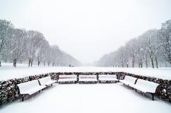 Pocos benchs en el parque de Vigeland en Oslo Día de la caída de la nieve cubierto Imágenes de archivo libres de regalías