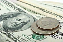 Pocos billetes de banco 100$ y dos monedas Fotografía de archivo