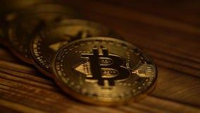 Pocos bitcoins están mintiendo en la tabla Cierre para arriba almacen de metraje de vídeo