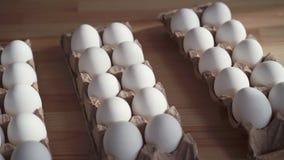 Pocos huevos en una caja de cart?n en la tabla metrajes
