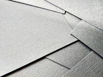 Pocos papeles negros doblados en cierre de la tabla encima de clo de la textura imagen de archivo libre de regalías