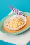 Pocos pasteles con el núcleo de la crema y del pino fotos de archivo