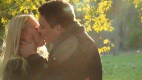 Pocos tiros del romance del otoño Muchacha hermosa y hombre moreno hermoso en equipos de buen gusto del otoño Un tacto del hombre almacen de metraje de vídeo