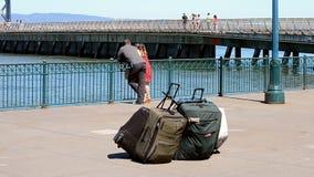 Pocos viajan los bolsos y gente desconocida que miran en el agua azul, San Francisco, los E.E.U.U., almacen de metraje de vídeo