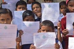 Początkowi ucznie pokazują ich powitanie listom co wysyłał sekretarzem generalnym Zachodni Bengalia one fotografia royalty free