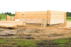 Początek budowa drewniany dom Bar profiluje i spada w pazę Kłaść w kącie halfback fotografia royalty free