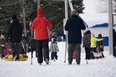 Początek grupa narciarek atlet sport przez cały kraj narciarstwo obraz stock