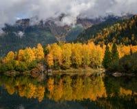 Początek jesień w górach Obrazy Stock
