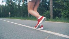 Początek jogging sesja młoda kobieta pokazywać w jej niskim ciele Steadicam, zwolnione tempo zdjęcie wideo
