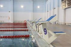 Początek pozycja z liczbą 9 w turniejowym pływackim basenie obraz royalty free