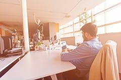 Początkowi ludzie biznesu grupują pracującą codzienną pracę przy nowożytnym biurem Fotografia Stock
