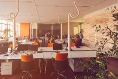 Początkowi ludzie biznesu grupują pracującą codzienną pracę przy nowożytnym biurem Zdjęcie Stock
