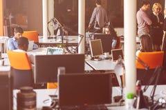 Początkowi ludzie biznesu grupują pracującą codzienną pracę przy nowożytnym biurem Zdjęcie Royalty Free