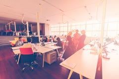 Początkowi ludzie biznesu grupują pracującą codzienną pracę przy nowożytnym biurem Zdjęcia Royalty Free