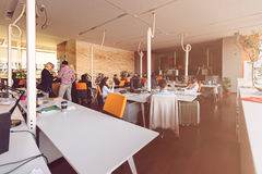 Początkowi ludzie biznesu grupują pracującą codzienną pracę przy nowożytnym biurem Fotografia Royalty Free