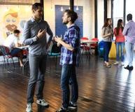 Początkowi przedsiębiorcy pracuje na ich przedsięwzięciu w coworking przestrzeni zdjęcie royalty free