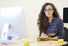 Początkowy biznes, deweloper oprogramowania pracuje na komputerze przy nowożytnym biurem obrazy royalty free