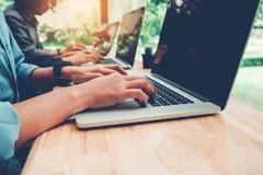 Początkowy biznes drużyny spotkanie pracuje na laptopu biznesu nowym Des obrazy stock