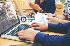 Początkowy biznes drużyny spotkanie pracuje na laptopu nowy biznesowy pro Obrazy Stock