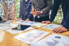 Początkowy biznes drużyny spotkanie pracuje na nowym biznesowego projekta Id zdjęcia royalty free