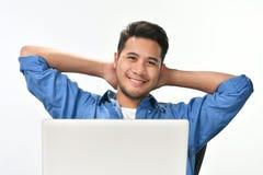 Początkowy biznesowego mężczyzna obsiadanie w zrelaksowanej posturze póżniej ma pracę robić łatwo zdjęcia stock