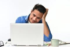 Początkowy biznesowego mężczyzna obsiadanie w zrelaksowanej posturze póżniej ma pracę robić łatwo zdjęcie stock