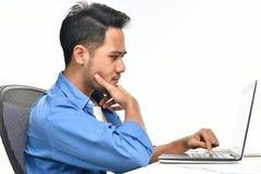 Początkowy biznesowego mężczyzna obsiadanie w zrelaksowanej posturze póżniej ma pracę robić łatwo Fotografia Stock