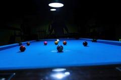 Początkowy kopnięcie przy bilardowym basenu stołem Fotografia Stock