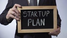 Początkowy plan pisać na blackboard, biznesmena mienia znak, biznesowy pojęcie zdjęcie wideo