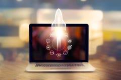 Początkowy pojęcie Laptop na drewnianej stołu i ikony sieci Fotografia Stock
