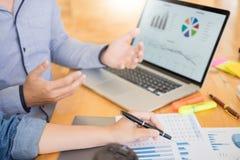 Początkowy pracy zespołowej Brainstorming spotkanie z wykres Planistyczną strategią i pieniężnym planem inwestycja obrazy royalty free