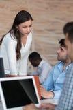 Początkowy różnorodności pracy zespołowej Brainstorming spotkania pojęcie Zdjęcie Stock