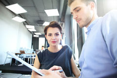 Początkowy różnorodności pracy zespołowej Brainstorming spotkania pojęcie Biznesów Drużynowi Coworkers Analizują finanse Raportow Fotografia Royalty Free