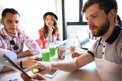 Początkowy różnorodności pracy zespołowej Brainstorming spotkania pojęcie Biznesów Drużynowi Coworkers Dzieli gospodarka światowa Obraz Stock