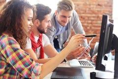Początkowy różnorodności pracy zespołowej Brainstorming spotkania pojęcie Biznesów Drużynowi Coworkers Dzieli gospodarka światowa Obrazy Stock