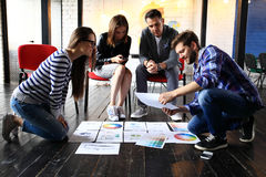Początkowy różnorodności pracy zespołowej Brainstorming spotkania pojęcie Biznesu Drużynowego Coworker udzielenia gospodarki Glob fotografia royalty free