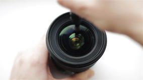 Początkujący fotografa lub wideo kamerzysta ostrożnie czyści frontowego szkło obiektyw z fachowym cleaning zbiory wideo