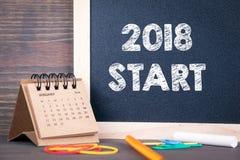 2018 początek papierowy kalendarz i chalkboard na drewnianym stole Obraz Stock